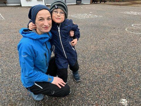 Johannes Braut Hellebø ber bussjåfør Sverre Lia om å komme tilbake og kjøre skolebussen. Mamma Mari Simonsen var med og leverte brevet til lokalavisa.