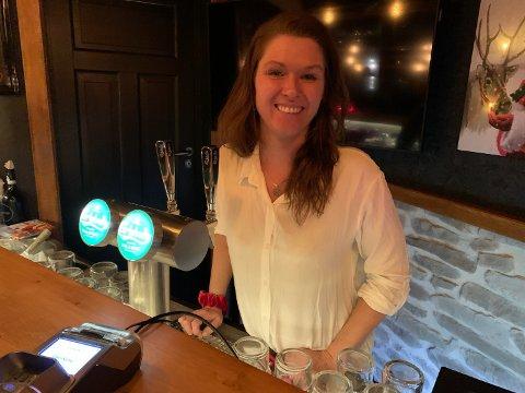 Hannah Johnsen styrer på Trosby Underbar. Hun er glad for at lokalbefolkningen ofte besøker puben nå på vinteren også.