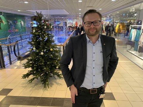 JUL PÅ SENTERET: Bjørn Gunnar Standal Darre håper de kan nå tilsvarende rekordomsetningen som var i fjor under juleinnspurten. Han utelukker ikke at flere av kundene de hadde innom i fjor har tatt julehandelen på Down Town i år.