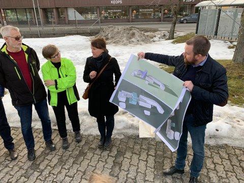 Arne Lyng (venstre) slaktet byggeplanen som ble presentert av Siv Wiersdalen fra arkitektkontoret og Halvor Østerli fra Porsgrunn Utvikling AS.