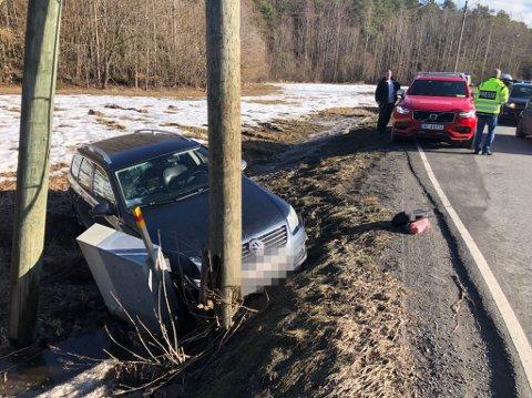 En mann i femtiårene kunne ta seg uskadd ut av bilen etter å ha kjørt av Nustadveien i Langesund.