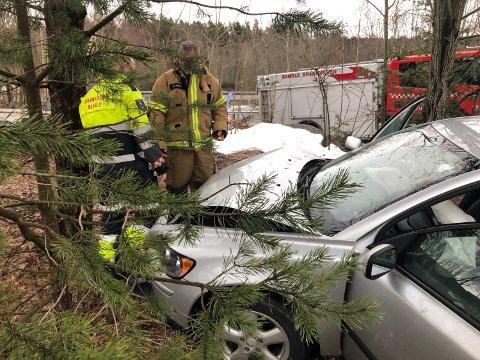 Personbilem havnet rett i et tre etter å ha sneiet en møtende bil på Eik.