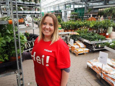 Nina Lien har nettopp startet som ekstrahjelp på Plantasjen på Telemarksporten, men har 18 år bak seg i kjeden. Søndag hjalp hun kundene med å finne riktig jord, plenfrø og gjødsel.