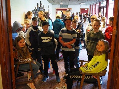 Køen i gangen var lang foran døra til den nye fritidsklubben i Langangen.