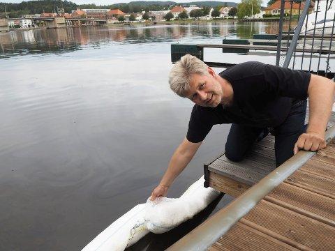 Kjell Henrik Semb, miljørådgiver i Porsgrunn kommune, kaller kunstgressaken på Eidanger stygg, og miljøkriminalitet av verste sort.