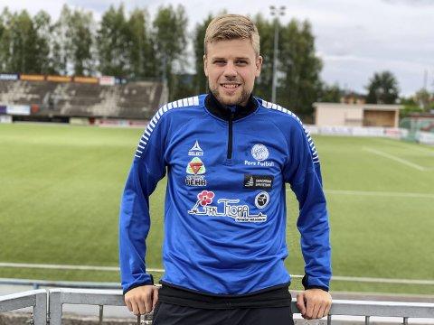 Høster erfaring: Espen Sjåberg gikk rett fra skolebenken til å bidra som fysio for Pors-spillerne. – Jeg har lyst til å jobbe videre med idrett i framtida, og dette er verdifull erfaring for meg, sier 22-åringen.