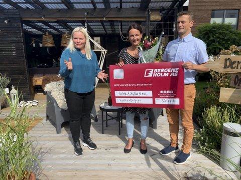 Norges fineste uterom: Tone Bente Bergene Holm delte ut prisen til Gro Anita og Stig Roar Hansen fredag. Det er 10. gangen prisen deles ut i Norge, og det er første gangen den havner i Grenland.