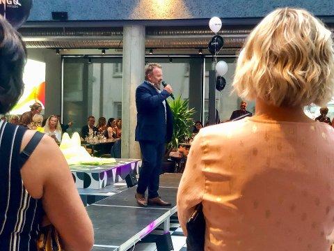 STOLT: Kai Ytredal, med mikrofonen i hånda foran sine 160 «familiemedlemmer», takket for oppmøtet og den fantastiske reisen de har vært igjennom siden oppstarten i 1999.