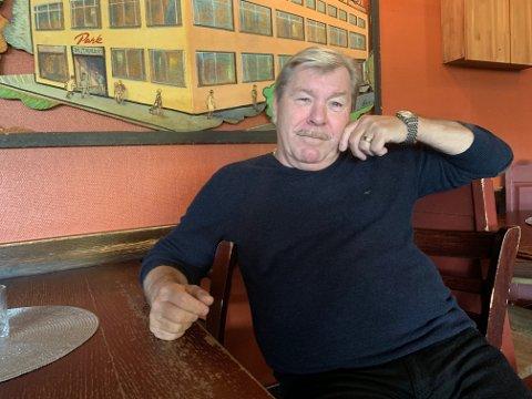 Gisle Strøm eier og driver Park Bistro. Han mener det blir helt feil at skjenkekontrollen pålegger de ansatte å finne fram godkjenninger når gjestene står i kø for å få servering.  – Det finnes bedre tider vi kan gjøre dette på, sier han.