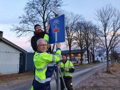 1 av 121: Grep har fått jobben med å sette opp de nye skiltene. Fra venstre: Vidar Madsen, Thomas Slettene og Rune Grønvold.