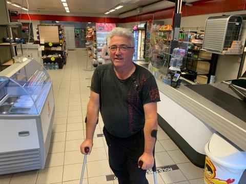 """Kjøpmann Tormod Eek hadde egentlig kastet krykkene etter at akillesen røyk. Men hentet de fram igjen for at kroppen skulle få en liten """"pause""""."""