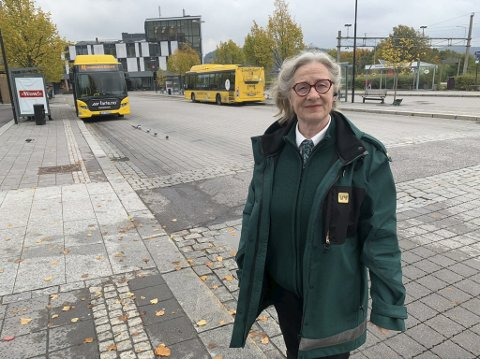KRYSS OG TVERS: Kari Folkvord er bussjåfør tillitsvalgt i Vy Buss. Hun forteller at omkjøringsruter og sidehinder i veiene byr på flere utfordringer for henne og kollegaene.