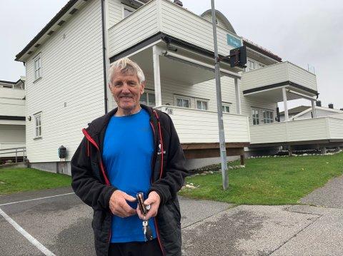 Hovinbøle ga 1,5 millioner for leiligheten, pluss felleskostnader. Han skal fortsatt kjempe for å få etablert bofellesskapet for godt voksne Herøya-folk i området. Om han selv kommer til å flytte inn der er ikke like sikkert lenger.