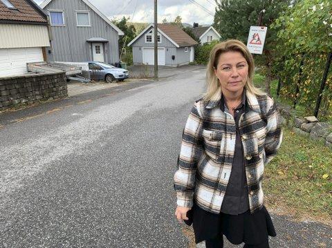 OPPGITT: Janicke Andreassen forteller at det er ekstremt mye trafikk forbi huset hennes i Jørgen C Knudsens veg nå som Deichmansgate er stengt. – Folk kjører veldig fort. Det er gassen i bånn, sier hun.