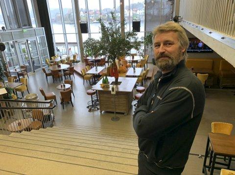 SOV DÅRLIG: Kulturhussjef Erik Friesl sier at han sov dårlig etter at det ble bestemt at kulturhuset stenger ned på nytt fra og med onsdag denne uken. Totalt blir rundt 30 kulturarrangement og seminarer berørt. Kunsthall og kafeen skal fortsatt holdes åpne.