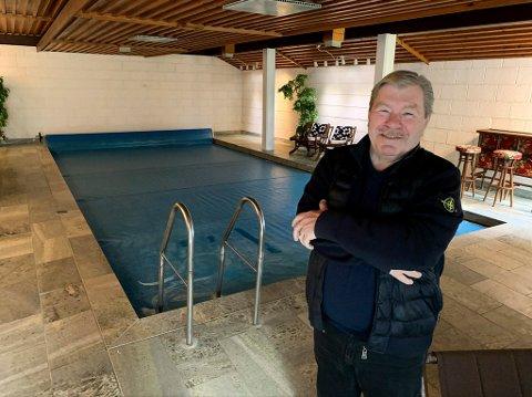 Gisle Strøm har satt pris på det store svømmebassenget i underetasjen. – Når det er dårlig vær ute, og man fyrer opp og slapper av her nede kan man ikke ha det bedre, sier Bistro-sjefen.