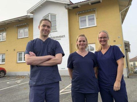 NY HJEMMEL: Adrian Halland har åpnet urologi-klinikk i Søsterhjemmet. Her får han hjelp av helsesekretærene Gina Roligheten og Tirill Nystad (t.h.).