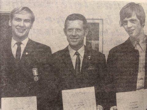 NORGESMESTERE: De to nybakte norgesmesterne, Einar Nilsen (t.v.) og Lars Andersen med sekundanten Tor Skarnes, som også holder fram diplomet som beste klubb i NM.