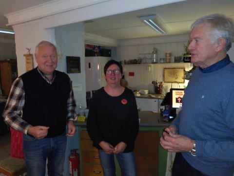 Thorfinn Kittilsen (t.v.) og Harry Skui i Vard Brevik pensjonistforening troppet opp med 3000 kroner til Ankerplassen. Her med Marit Sandtangen.