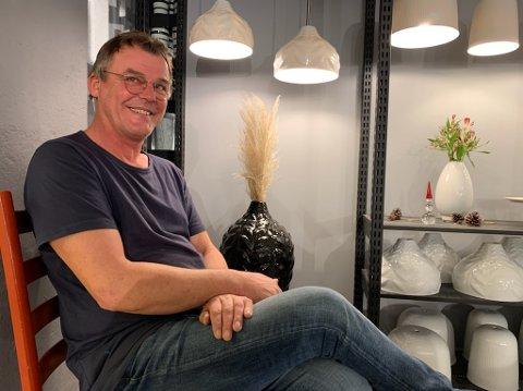 Produksjonssjef Floyd Malek viser stolt fram noen av de nye lampene som produseres på PP-fabrikken på Vestsida. han lover at det skal komme flere lamper i tida som kommer.