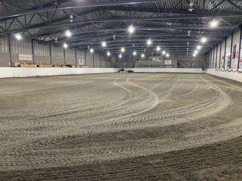 Snuser på mulighetene: Friidrettsmiljøet i Grenland har begynt å snuse på mulighetene for å trene i lokalitetene Grenland ryttersportklubb har i Vallermyrene rideleir. Her se vi den store ridehallen i leiren, som er 70 ganger 30 meter.