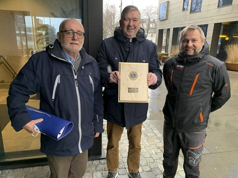 Givere i kø: Erik Bystrøm og John Lysø fra Lions var de siste i rekken av giver til Kjetil Haugersveen, Eidanger IL og Rocket Man.