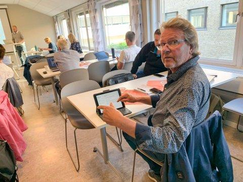 TVILER: Virksomhetsleder Torbjørn Krogstad har vanskelig for å se at man får klar ny parkering ved Brønnstadbukta nå.