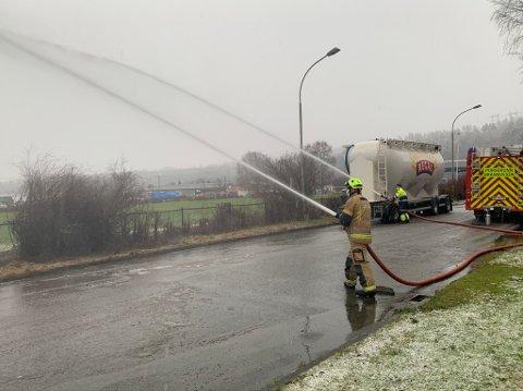 Brannvesenet spylte ut store mengder vann fra kjelleren i Herøyahuset mandag formiddag.
