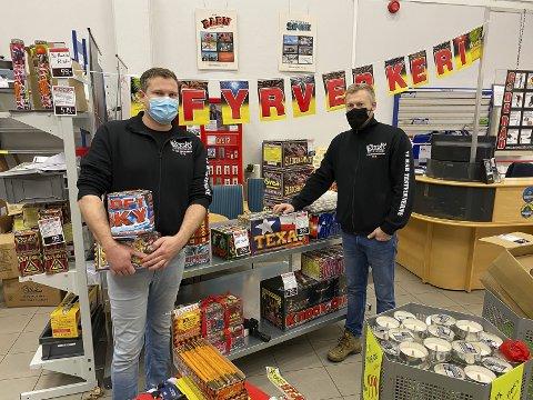 FORNØYDE: Brødrene Lars Martin Ludvigsen og Jan Thomas Ludvigsen ved Heistad Bil & Caravan er fornøyde etter åpningsdagen. Solgte fyrverkeri for 55.000 kroner.