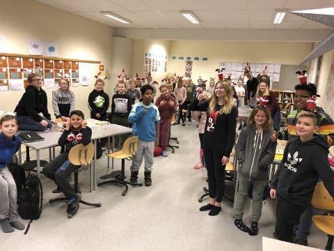GLEDER SEG: Muntre sjetteklassinger ser fram til å spre juleglede for de eldre på fire sykehjem i Porsgrunn.