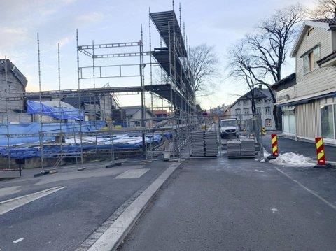 Stengt: Storgata er stengt forbi brannruinene etter Galleri Osebro i Storgata 174. Kommunen har sagt ja til at de kan holde gata stengt i byggeperioden. I utgangspunktet er planen at de holder stengt fram til oktober.