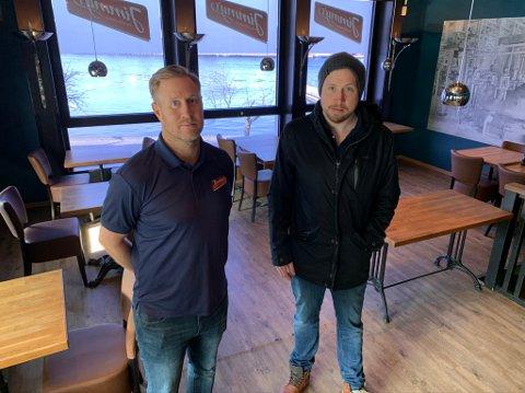 BLYTUNGT: Daniel Christensen (t.v.) og Eirik Madsen driver Jimmys i Storgata. Lørdag sendte de ut permitteringsvarsler  til servitørene, noe som var veldig tungt for begge.