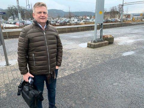 Rektor Kai Magne Bråthen ved Porsgrunn videregående har forståelse for at fastlegene må prioritere corona-syke framfor å dokumentere elevenes fravær.
