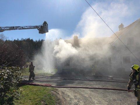 Brannvesenet er i full gang med slukking av brann i enebolig på Glittum i Vest-Bamble.
