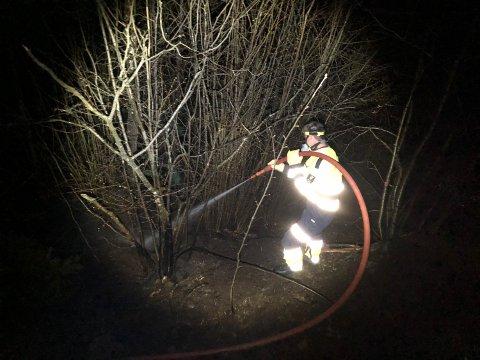 Brannmannskapene fikk raskt kontroll over brannen i den bratte skråningen.
