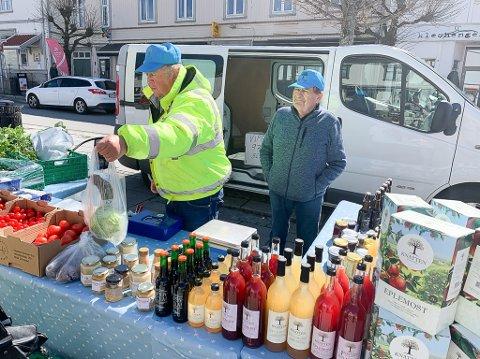 Nils Knatten og Arvid Haugsbø fra Knatten Fruktgård i Sandefjord var de første som prøvde seg som torghandlere i Langesund i år. Lørdag var det mange som fikk kjøpt friske nye asparges fra Vestfold. .