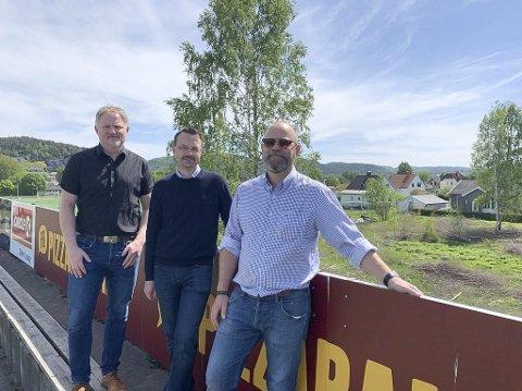 Bjørn Johnson (Best Eiendomsmegler), Lars Christensen (PBBL) og Børre Brekka (Lermo AS) på tribunen på Pors stadion. Rett bak er de nå i gang med å bygge de første boligene i Fredbo Hage borettslag.