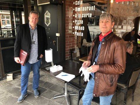 KONTROLLØRENE: Frank Finseth (t.v.) og Espen Knudtsøn er to av tre kontrollører som patruljerer byens gater, for å påse at serveringsstedene overholder smittevernreglene de er pålagt.