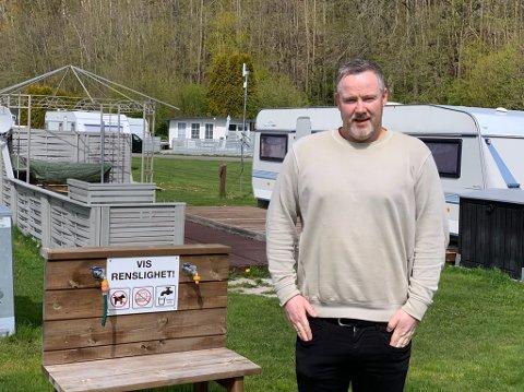 Rolf Kenneth Tangvald Lønnberg rister på hodet av campingforskriften.