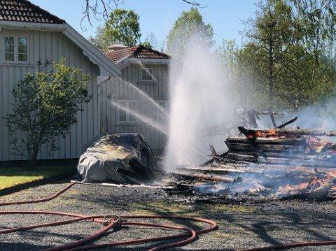 Huset måtte brenne ned uten at brannvesenet spylte vann på mot slutten. De var redde for å spyle på eksplosiver som skal befinne seg i brannruinene.