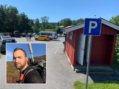 HEISTADSTRANDA: Thor Magne Klingen (innfelt) mener det er helt umulig å vite at man ikke kan parkere på grusen ved Heistadstranda. – Hadde det stått «Parkering kun på oppmerkede plasser» skulle jeg ikke sagt noe på det. Men det står kun merket med standard «P», sier han.