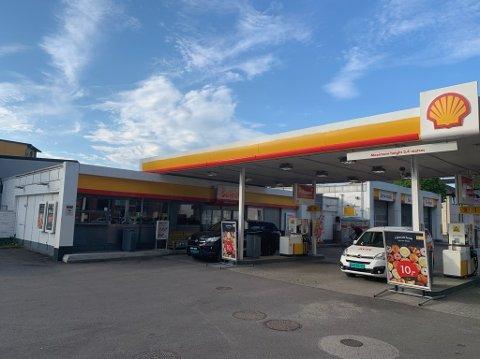 Shell Jernbanegata er konkurs. Onsdag var det hengt opp lapp på døra om at stasjonen var stengt.