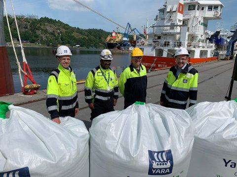 DELTOK: Yara-direktør Svein Tore Holsether, Yara-ansatt Ntumba Bidwaya, Håkon Stornes og Dag-Inge Ulstein var blant dem som deltok på prosjektlanseringen ved Yaras fabrikker i Herøya industripark tirsdag.