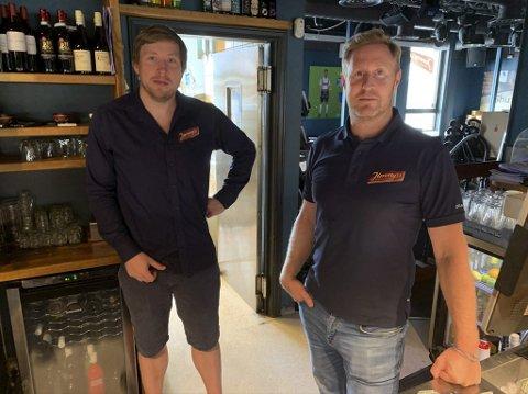 Tør ikke åpne for fullt: Daniel Christensen (t.h.) og Eirik Madsen driver og eier Jimmys i sentrum. De forteller at de fortsatt avventer med å holde åpent fram til klokka 02.30. – Vi skynder oss sakte med å med å komme tilbake til der vi var, sier Madsen.