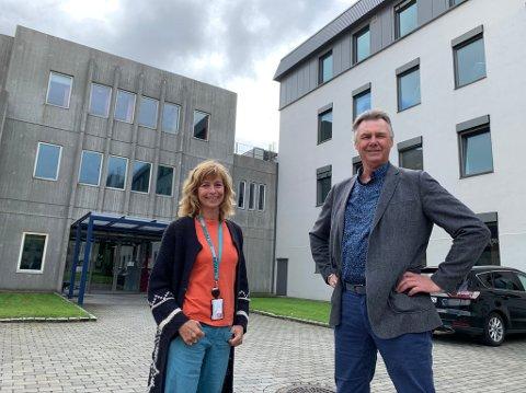 SPENTE: Tone Skau Jonassen i Industrial Green Tech-klyngen og Jens Christian Thysted, rektor ved fagskolen, er veldig spente på hvordan nytt kompetansetilbud på Herøya vil bli mottatt.