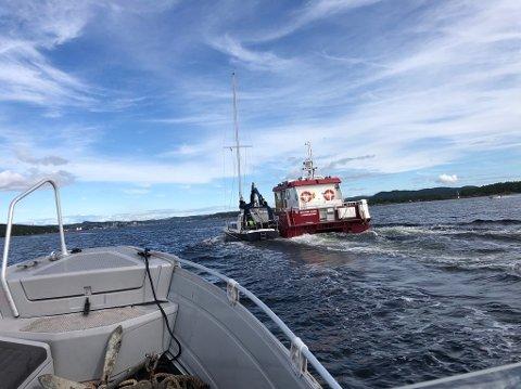 Seilbåten er på vei til Grenland havns område på Vold, der den skal på land i påvente av å bli destruert.