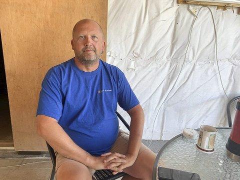 FORBANNA: Ken Nordeide i Flyravegen på Osebakken er ikke mye blid etter at byggesaksavdelingen har pålagt ham å gjennomføre full oppmålingsforretning for å bekrefte hvor tomtegrensene hans er. Pålegget har kommet i forbindelse med byggingen av en vinterhage.
