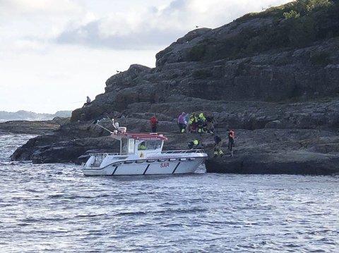 Redningsaksjon: Brann og ambulanse var sammen om redningsaksjonen da en kvinne falt og skadet seg i Kjerrvika torsdag kveld.