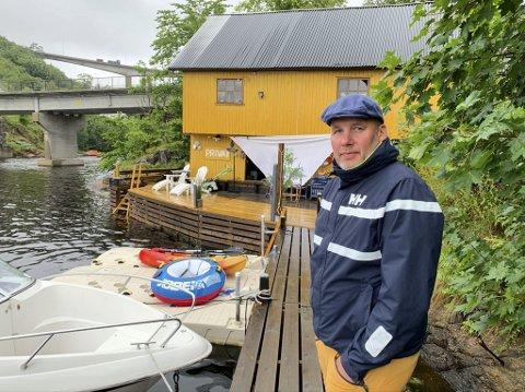 «FUKTIG MORO»: Truls Gulbrandsen driver Bryggemoro i Langangen. Ved brygga og i sjøbua kan gjestene kose seg i maritime omgivelser med vannlek, god mat og drikke. – Bryggemoro er blitt en familiebedrift, smiler 48-åringen, som får god hjelp av kona og de to sønnene deres.