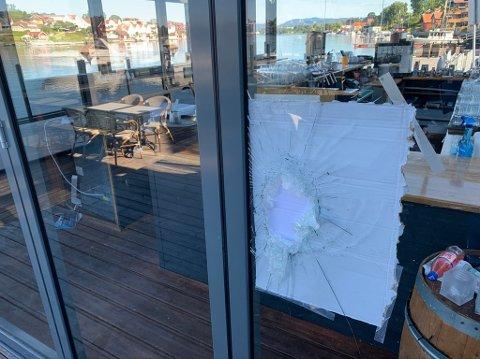 KNUST: Tyv(er) har fått adgang til glassbaren til Kafe K ved å knuse en rute.